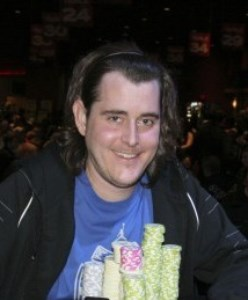 Выплата денег трехкратному победителю WSOPC приостановлена после того, как он замечен в попытке украсть фишки на турнире во Флориде