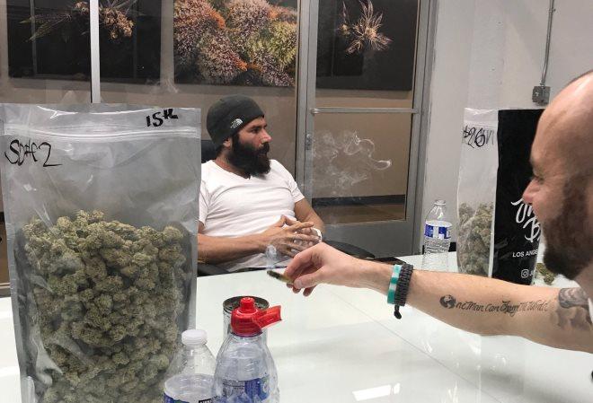 Дэн Билзериан торгует наркотиками