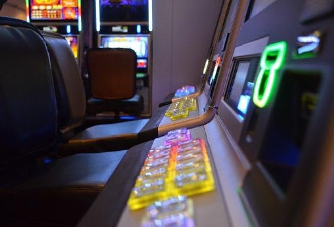 Мужчина дал женщине нажать на кнопку своего игрового автомата, но весь джекпот в $100 тысяч достался ей