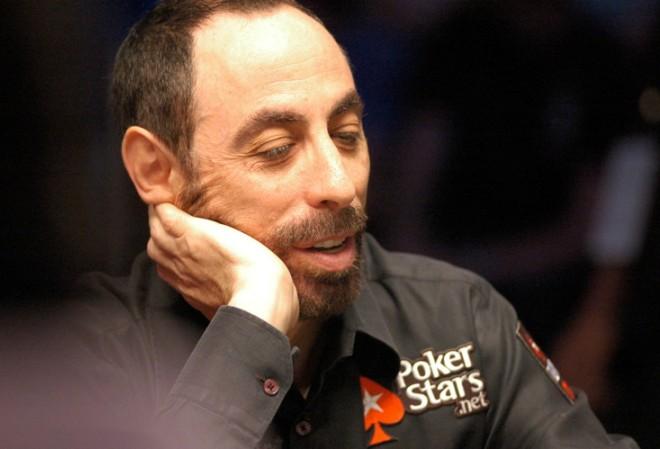 Гринштейн выигрывает крупнейший турнир на условные фишки, Манимейкер - второй