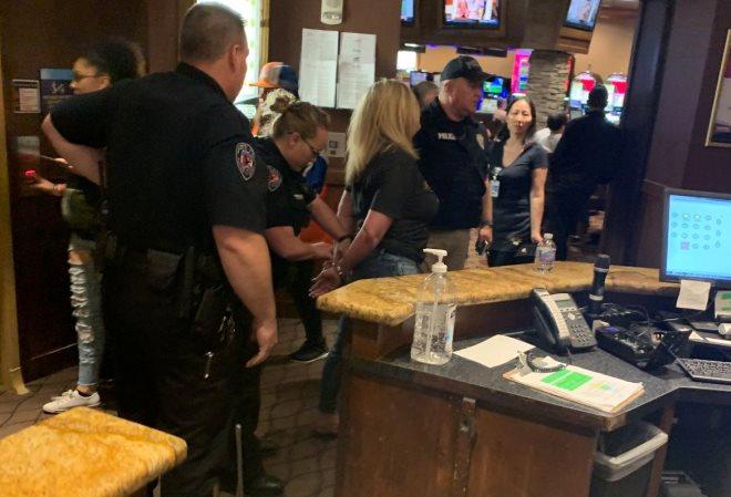 Во время турнира в Колорадо полиция задержала женщину-игрока в покер, в отношении которой ранее уже было выписано несколько ордеров на арест