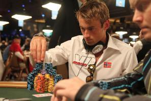 Очередная победа лыжника Петтера Нортуга в покере
