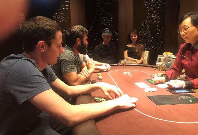 Том Дван по-прежнему в Лас-Вегасе. Играет в покер с Дэном Билзерианом