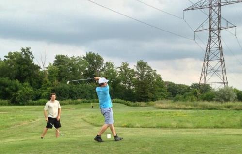 Джейсон Мерсье играет в гольф